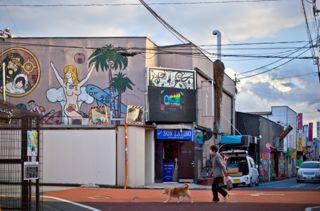 建物の2階にリリー・フランキーの壁画が…/(C)日刊ゲンダイ