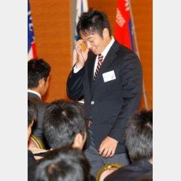 講師のダメ出しに恐縮の松井/(C)日刊ゲンダイ