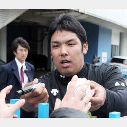 ファンに応えてボールにサインし渡す井上/(C)日刊ゲンダイ