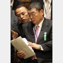 湧川秘書室長(左)はスピード出世/(C)日刊ゲンダイ