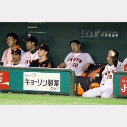 ベンチでぐったりの阿部(中央)/(C)日刊ゲンダイ