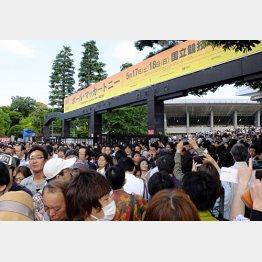 17日、公演中止が発表された直後の国立競技場/(C)日刊ゲンダイ