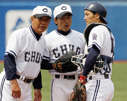 秋田監督(左)も「わからない」/(C)日刊ゲンダイ