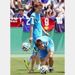 ボールをブツけられて苦笑い(下)/(C)日刊ゲンダイ