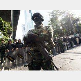 バンコクで警戒にあたるタイ軍兵士(24日)/(C)AP