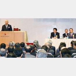昨3日、経団連定時総会に出席した安倍首相と麻生副総理/(C)日刊ゲンダイ