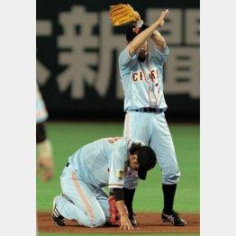 送球を顔面に当てた坂本が退場/(C)日刊ゲンダイ