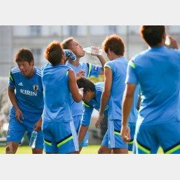 しっかり水分補給する選手たち/(C)真野慎也(JMPA)