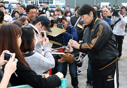 2月のキャンプでも相変わらずの人気/(C)日刊ゲンダイ