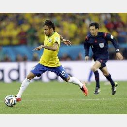 開幕戦でブラジル代表のネイマールを追う西村主審/(C)AP