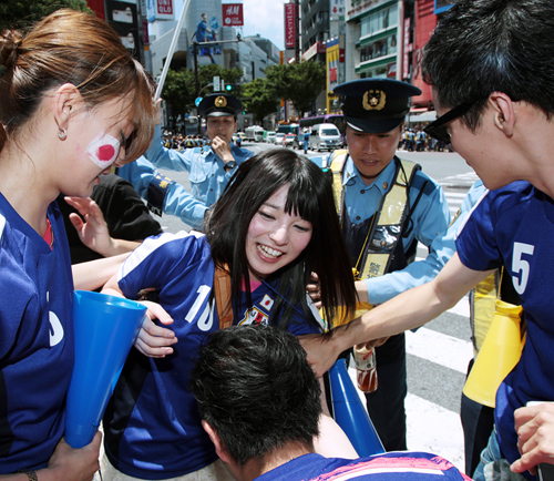 W杯で痴漢続出の渋谷 AV女優も揉みくちゃにされていた!|日刊