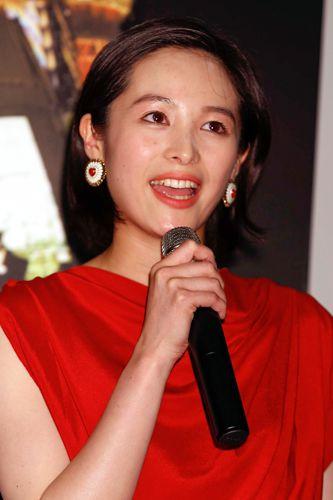 赤いドレスで抜群の存在感/(C)日刊ゲンダイ
