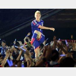 5月25日の日本代表壮行会で客席にボールを蹴り入れる本田/(C)日刊ゲンダイ