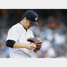 一回、レイエスに先頭打者弾を許してうつむく田中/(C)AP