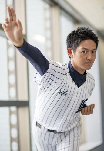 野球のフォームを披露する工藤阿須賀