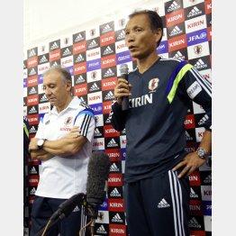 ザッケローニ(左)と原委員長 (C)真野慎也/JMPA