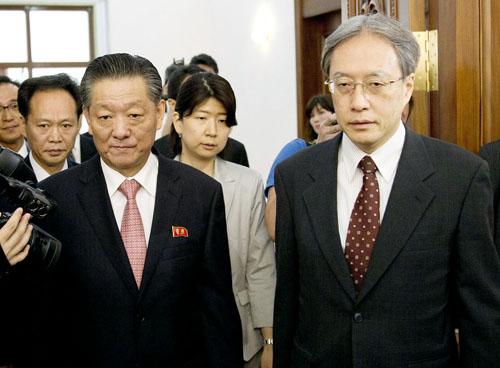会談に入る伊原アジア大洋州局長(右)と宋日昊大使/(C)AP