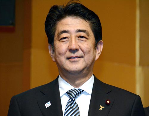 胸を張って会見場へ入った安倍首相/(C)日刊ゲンダイ