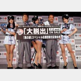 セクシー衣装にニヤリ/(C)日刊ゲンダイ