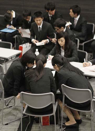 若者の職場は少ないまま(就職説明会)/(C)日刊ゲンダイ