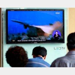 北朝鮮のニュースを見るソウル市民(2日)/(C)AP