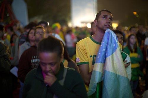 一喜一憂のブラジル国民/(C)AP