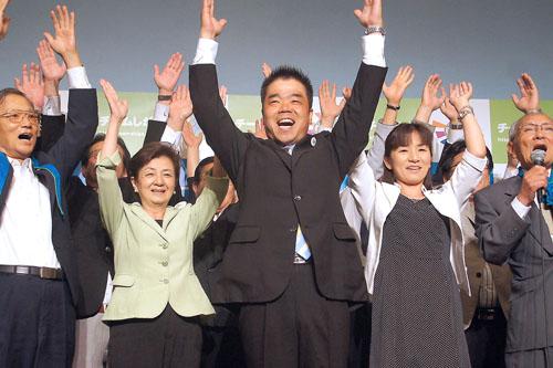 万歳する三日月氏(中央)と嘉田知事(中央左)/(C)日刊ゲンダイ