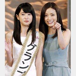 大先輩と並んで感激の高橋ひかるさん/(C)日刊ゲンダイ