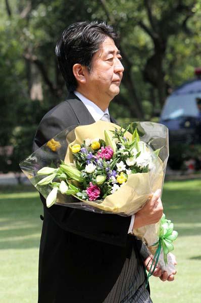 昨年8月、千鳥ケ淵戦没者墓苑で献花/(C)日刊ゲンダイ