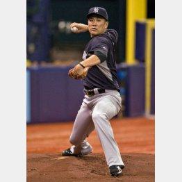 ブルペンで投球練習を始めた田中/(C)AP