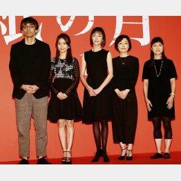 吉田大八監督、大島優子、小林聡美、原作者の角田光代氏に囲まれて/(C)日刊ゲンダイ