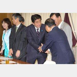 役員人事を発表した安部首相/(C)日刊ゲンダイ