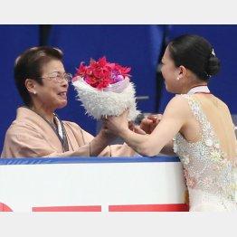 支えてくれた母のケイ子さん(左)/(C)日刊ゲンダイ