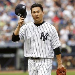 降板後、ファンに挨拶する田中/(C)AP