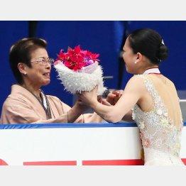 毎日、学校に迎えに来てくれた母(左)/(C)日刊ゲンダイ