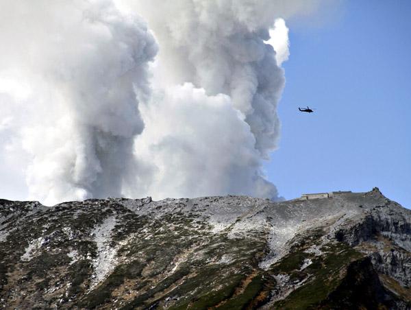 噴煙を上げる御嶽山/(C)AP