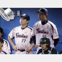 小川監督(右)からバトンを引き継ぐ/(C)日刊ゲンダイ