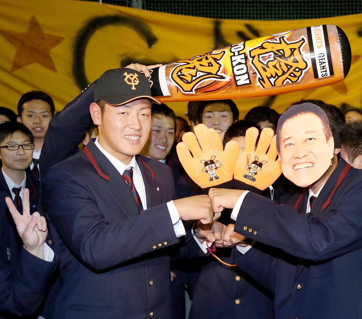 原監督のお面をつけた部員とグータッチを交わす岡本(左)/(C)日刊ゲンダイ