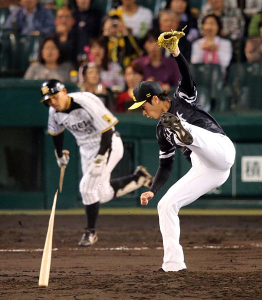 折れたバットをかわす武田翔太/(C)日刊ゲンダイ
