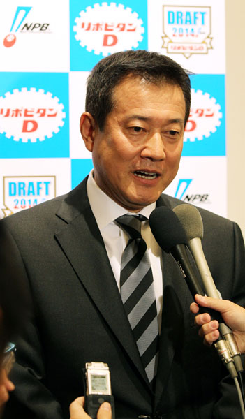 ドラフト会議後の会見/(C)日刊ゲンダイ