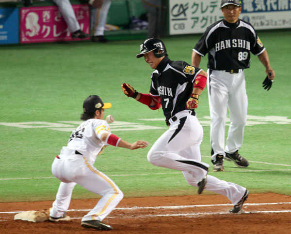 日本シリーズは西岡の一塁守備妨害でジ・エンド/(C)日刊ゲンダイ