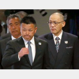 谷繁監督(左)の後釜はどうするのか/(C)日刊ゲンダイ