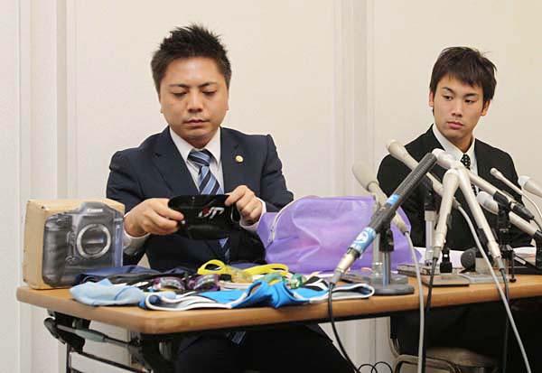 記者会見で当日のバッグの中身を確認する冨田(右)/(C)日刊ゲンダイ