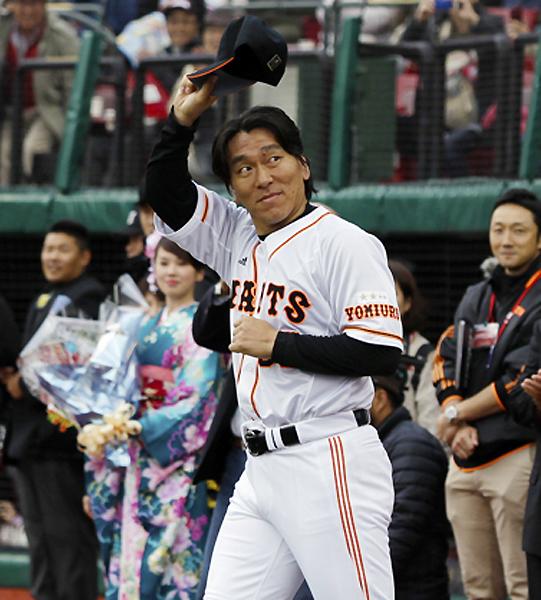 満員のスタンドの歓声に応える松井/(C)日刊ゲンダイ