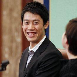会見で笑顔を見せる錦織/(C)日刊ゲンダイ