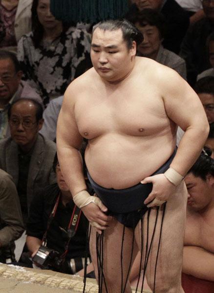 13日目は自滅で2敗目喫した鶴竜/(C)日刊ゲンダイ/(C)日刊ゲンダイ