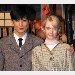主演を務める玉山鉄二(左)とシャーロット・ケイト・フォックスさん/(C)日刊ゲンダイ