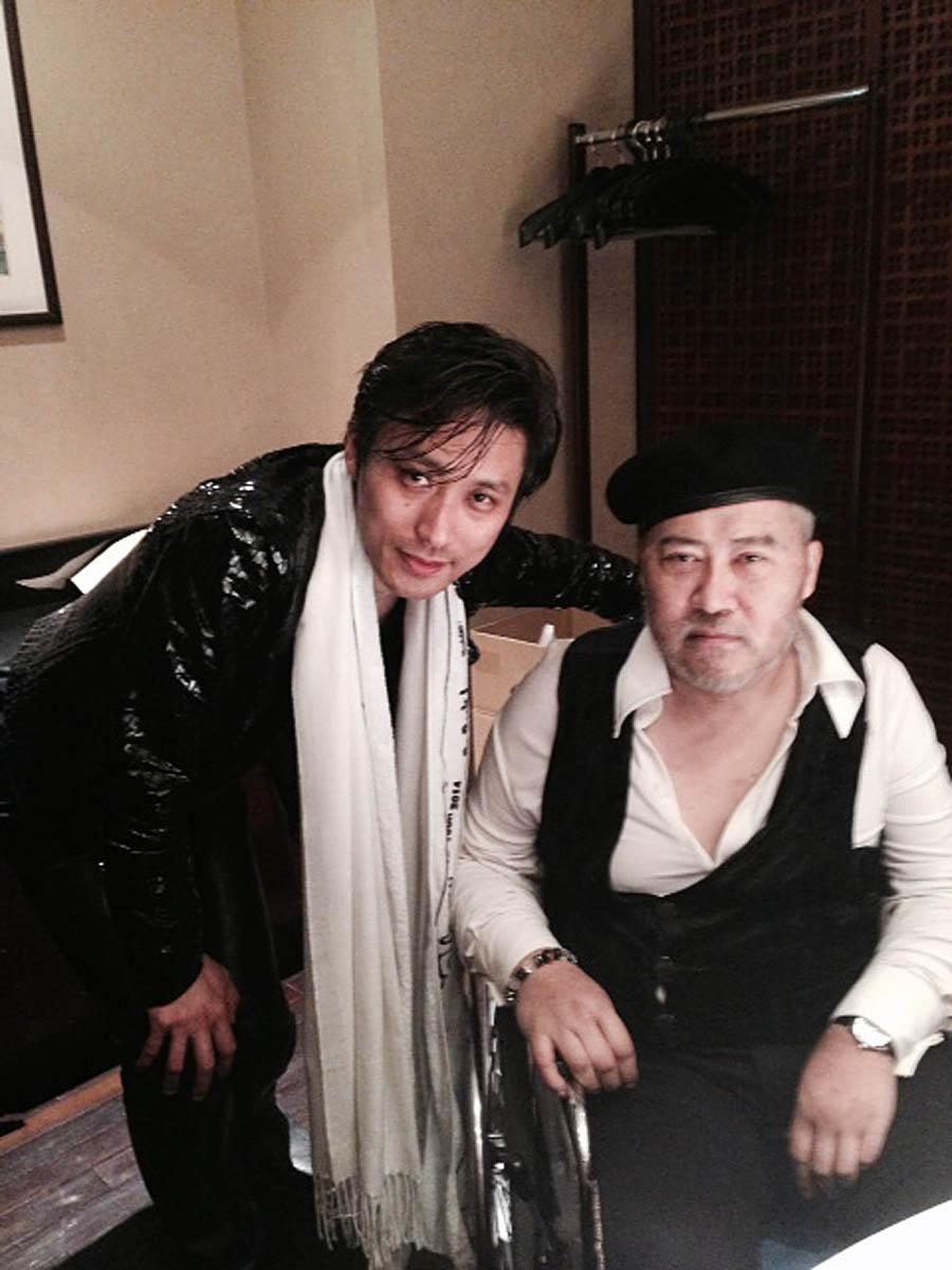 病室で長男ケンイチ氏と/(C)KADOKAWA