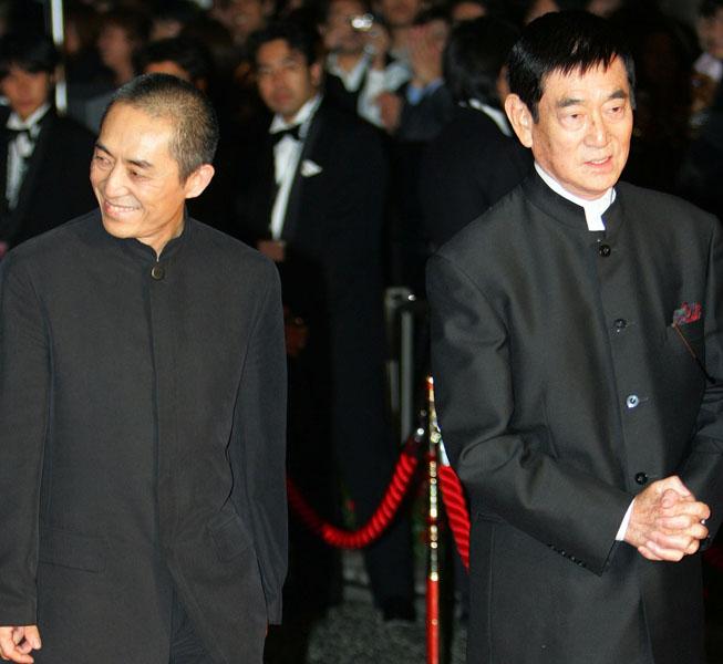 熱烈歓迎(左はチャン・イーモウ監督)/(C)AP
