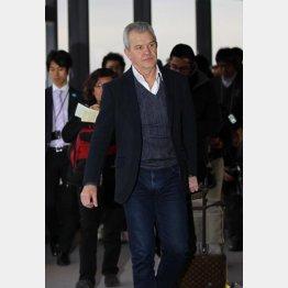 再来日したアギーレは無言で空港を後にした/(C)日刊ゲンダイ